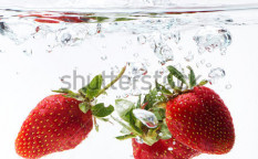 Stock-photo-fresh-strawberry-dropped-into-water-with-splash-on-white-backgrounds-107895425